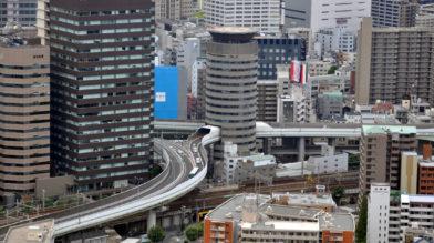 Шоссе проходит через 16-этажный дом в Японии