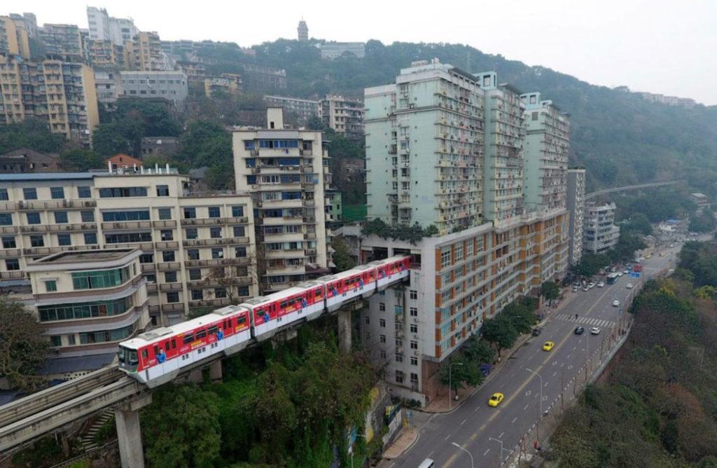 Первое в мире метро проложили сквозь жилой дом в Китае